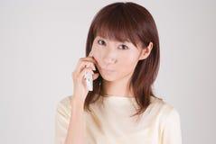 Mujer joven que habla con el teléfono móvil Fotos de archivo