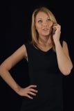 Mujer joven que habla en el teléfono Fotos de archivo