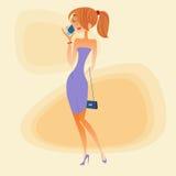 Mujer joven que habla en el teléfono Fotografía de archivo