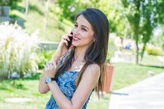 Mujer joven que habla en el teléfono Fotografía de archivo libre de regalías
