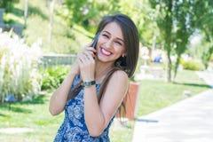 Mujer joven que habla en el teléfono Imagen de archivo