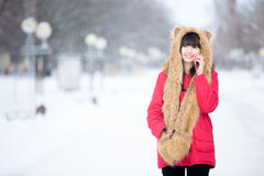 Mujer joven que habla en el teléfono al aire libre en invierno Imagen de archivo