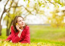 Mujer joven que habla en el teléfono celular Foto de archivo