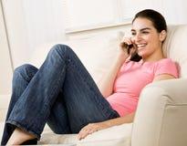 Mujer joven que habla en el teléfono celular Imagen de archivo libre de regalías