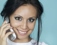 Mujer joven que habla en el teléfono celular Fotografía de archivo