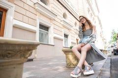 Mujer joven que habla en el teléfono en la calle Imagen de archivo
