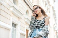Mujer joven que habla en el teléfono en la calle Foto de archivo