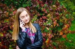 Mujer joven que habla en el teléfono móvil Fotografía de archivo libre de regalías