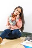 Mujer joven que habla en el teléfono móvil Fotos de archivo