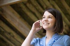Mujer joven que habla en la célula Imagen de archivo