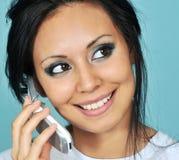 Mujer joven que habla en su teléfono celular Foto de archivo