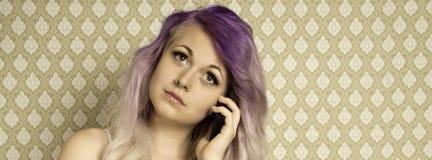 Mujer joven que habla en un smartphone Fotografía de archivo