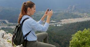 Mujer joven que hace algunas fotograf?as de la ciudad abajo almacen de video