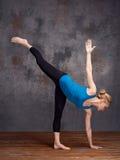 Mujer joven que hace asana de la yoga Imagenes de archivo