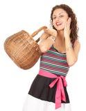Mujer joven que hace compras con la cesta de mimbre Imagenes de archivo