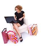 Mujer joven que hace compras en línea Foto de archivo libre de regalías