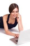 Mujer joven que hace compras en línea Imágenes de archivo libres de regalías