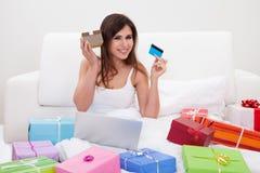 Mujer joven que hace compras en línea Imagen de archivo