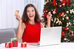 Mujer joven que hace compras en línea con la tarjeta de crédito Imagen de archivo libre de regalías