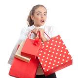 Mujer joven que hace compras sorprendida hermosa Foto de archivo libre de regalías