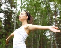 Mujer joven que hace deporte al aire libre foto de archivo libre de regalías