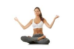 Mujer joven que hace ejercicio de la yoga Fotos de archivo