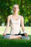 Mujer joven que hace ejercicio de la yoga Foto de archivo libre de regalías