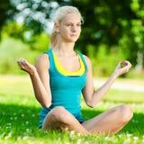 Mujer joven que hace ejercicio de la yoga Fotografía de archivo libre de regalías