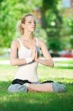 Mujer joven que hace ejercicio de la yoga Fotos de archivo libres de regalías