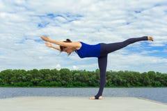 Mujer joven que hace ejercicio de la yoga en la estera 20 Imagen de archivo libre de regalías
