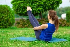 Mujer joven que hace ejercicio de la yoga en la estera 20 Foto de archivo