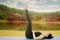 Mujer joven que hace ejercicio de los aeróbicos Imágenes de archivo libres de regalías