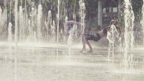 Mujer joven que hace ejercicio del puente dentro de la fuente