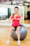 Mujer joven que hace ejercicio en bola de la aptitud Imagen de archivo libre de regalías