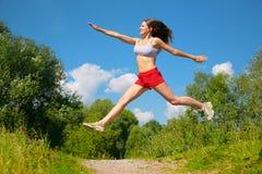 Mujer joven que hace ejercicio en parque Imagen de archivo libre de regalías