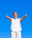 Mujer joven que hace ejercicios con los pulgares para arriba Fotografía de archivo libre de regalías