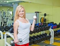 Mujer joven que hace ejercicios de la aptitud Foto de archivo libre de regalías
