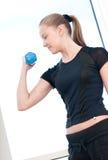 Mujer joven que hace ejercicios de la pesa de gimnasia Imágenes de archivo libres de regalías
