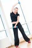 Mujer joven que hace ejercicios de la pesa de gimnasia Fotografía de archivo