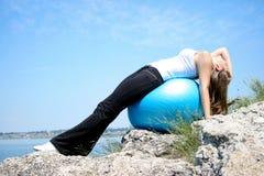 Mujer joven que hace ejercicios de la yoga Foto de archivo libre de regalías