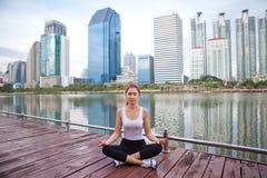 Mujer joven que hace ejercicios de la yoga Fotos de archivo
