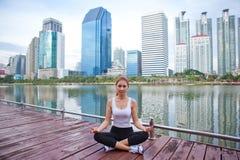 Mujer joven que hace ejercicios de la yoga Fotografía de archivo libre de regalías