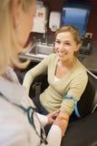Mujer joven que hace el análisis de sangre hacer Imagen de archivo