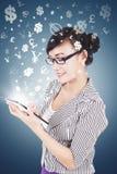 Mujer joven que hace el dinero con la tableta Imagen de archivo