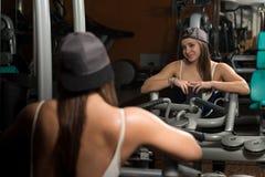 Mujer joven que hace el ejercicio para la parte posterior Fotografía de archivo