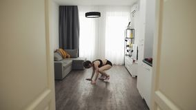 Mujer joven que hace el entrenamiento de la aptitud para la forma de vida sana en casa C?mara lenta Forma de vida sana y del depo metrajes