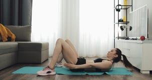 Mujer joven que hace el entrenamiento de la aptitud para la forma de vida sana y abdominal fuerte en casa Forma de vida sana y de almacen de video