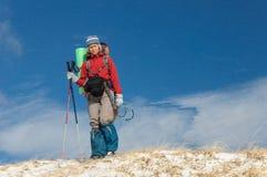 Mujer joven que hace el esquí que viaja en montañas del invierno Fotos de archivo