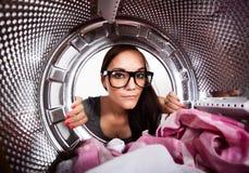 Mujer joven que hace el lavadero Foto de archivo libre de regalías