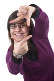 Mujer joven que hace el marco de película con sus manos Fotografía de archivo libre de regalías